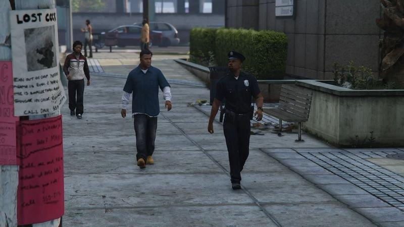 Policisté nyní pochůzkují po ulicích a projíždí v autech.